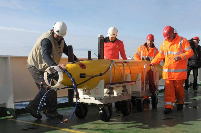 Steven Beardsley/Stars and Stripes/ Члены экипажа научно-исследовательского судна НАТО готовят к запуску первый из двух автономных подводных аппаратов в Северном море у берегов Норвегии 5 мая 2015