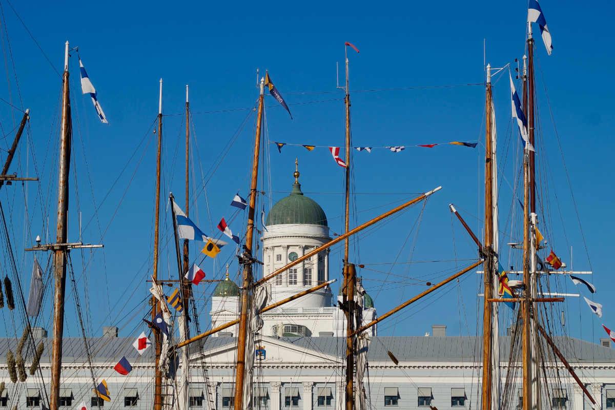 Фото: ScandiNews. Ежегодная ярмарка салаки на Рыночной площади Хельсинки проходит каждую осень и завершает сезоны рыбной ловли и туристический