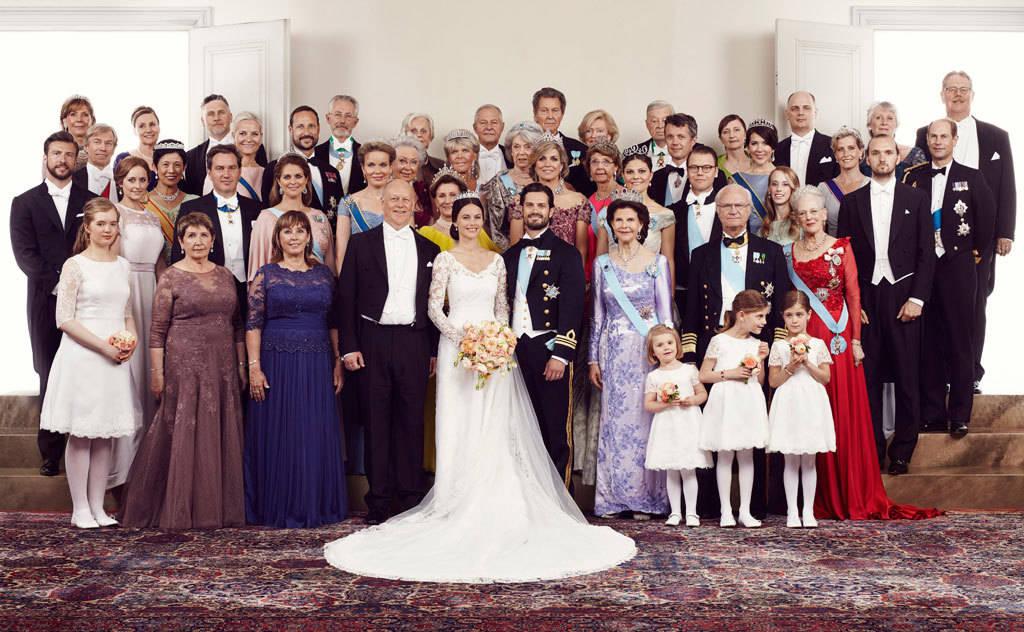 Фото: kungahuset.se/Маттиас Эдуолл /Его Королевское Высочество принц Карл Филипп и Ее Королевское Высочество принцесса София с родителями, родственниками и гостями