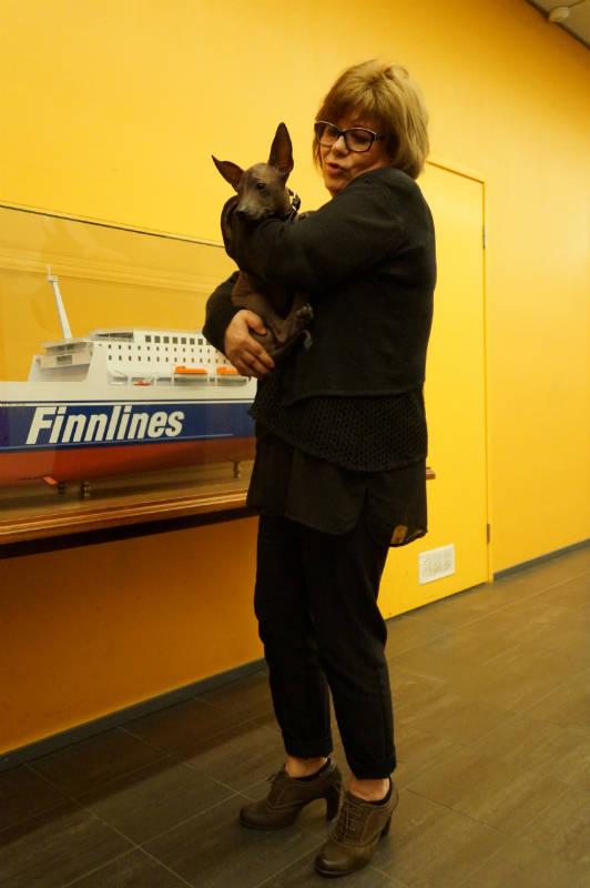 Руководитель отдела обслуживания пассажиров Finnlines Киело Весикко с пассажиром-ксолоитцкуинтли Эмили