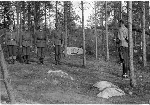 Архивное фото. Майор Штакельберг награждает медалями за отвагу шведских добровольцев. Финляндия. Ханко.1941 год.