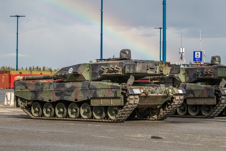 PUOLUSTUSVOIMAT / Tanks Leopard 2A6NL arrive in port of Helsinki